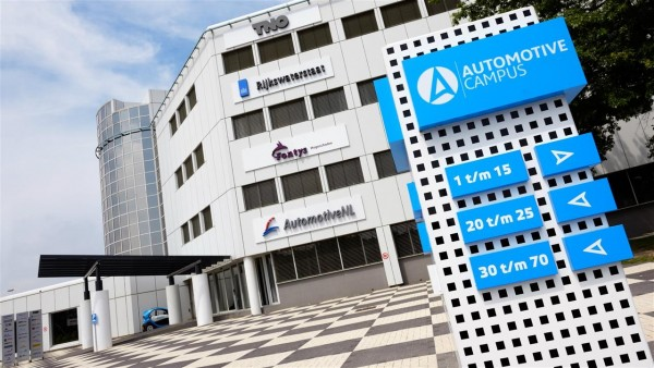 automotive campus entree zuil